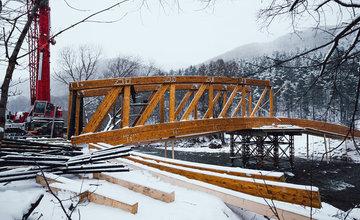 FOTO: Práce na výstavbe novej cyklotrasy pokračujú aj cez zimu, aktuálne budujú most v obci Belá