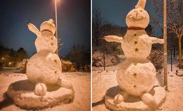 FOTO: Deti na sídlisku Vlčince čaká ráno prekvapenie, dvaja mladíci postavili trojmetrového snehuliaka