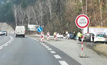 FOTO: Polícia sprísňuje, na hraniciach okresov prebiehajú kontroly vodičov
