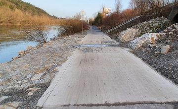 FOTO: Opravený cyklochodník v mieste vyústenia kanalizácie na brehu Váhu
