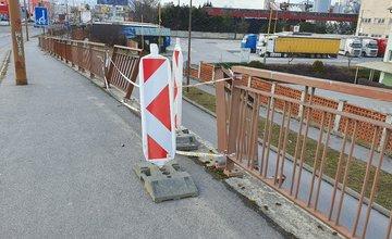 FOTO: Zábradlie na zjazde z Vlčiniec, poškodené následkom dopravných nehôd, nie je dodnes opravené
