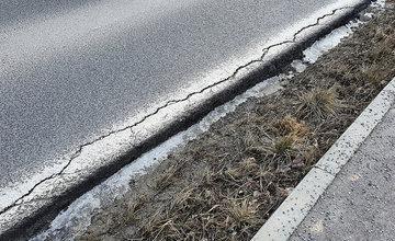FOTO: Podmytá vozovka na ceste z Vlčiniec na Solinky sa začala rozpadávať