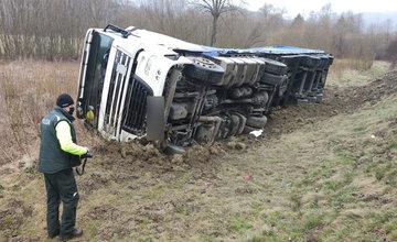 FOTO: Na Orave sa prevrátil poľský kamión do priekopy, cesta je prejazdná s obmedzením