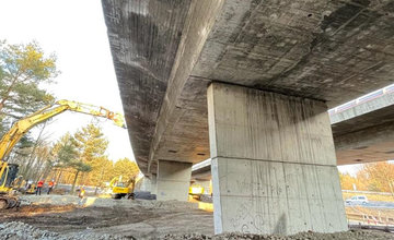 FOTO: Počas víkendu zbúrali diaľničný most pri Liptovskom Hrádku, o dva mesiace začne výstavba nového