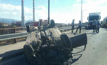 FOTO: Na zjazde do Tepličky nad Váhom sa prevrátilo osobné auto, cestu museli uzavrieť