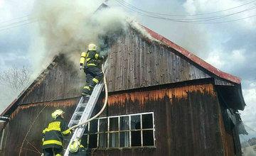 FOTO: Pri požiari humna vo Vychylovke zasahuje 30 hasičov, oheň sa rozšíril aj na vedľajší dom