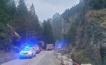 FOTO: Na prístupovej ceste do Vrátnej spadlo na vozovku kamenné bralo
