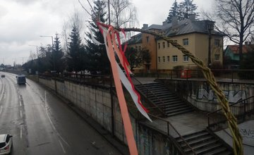 FOTO: Veľkonočné korbáče na mostoch v Žiline sa pomaly plnia stužkami