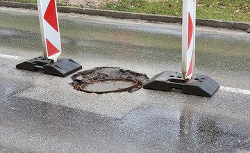 FOTO: Na cestách v Žiline pribúdajú prepadnuté kanalizačné poklopy, pri náraze hrozí poškodenie auta
