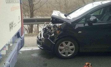 FOTO: Pri Kysuckom Lieskovci došlo k zrážke osobného auta s autobusom, tvoria sa rozsiahle kolóny
