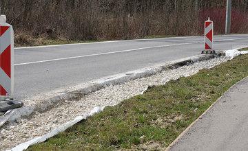 FOTO: Na ceste medzi sídliskami Solinky a Vlčince začali prvé práce na oprave poškodenej krajnice