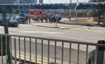 FOTO: Na ulici Komenského sa pri nehode prevrátilo auto na strechu