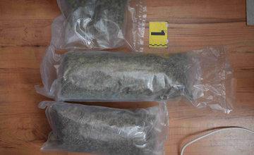FOTO: Polícia zaistila počas razie veľké množstvo marihuany aj kokaín, zadržaný bol 29-ročný muž