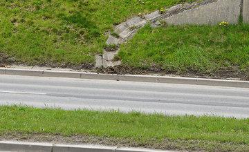 FOTO: Čistenie odvodňovacích žľabov na Nemocničnej ulici v Žiline