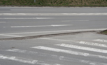 FOTO: Prepadliny na ulici Vysokoškolákov opravujú po dvoch rokoch od nahlásenia podnetu