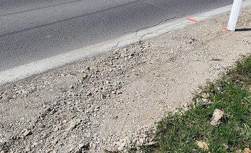 FOTO: Podmytú krajnicu na ceste medzi Vlčincami a Solinkami zasypali, popraskaná vozovka zostala