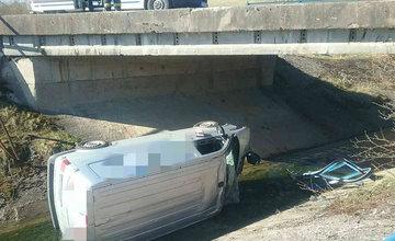 FOTO: V obci Liptovský Trnovec spadlo auto z mosta do potoka, pri nehode uniklo z motora 6 litrov oleja