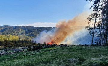 FOTO: Rozsiahly požiar lesa v obci Makov 11.5.2021