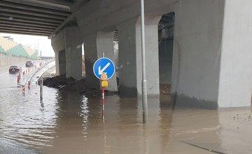 FOTO: Podjazd pri Metre a výjazd z privádzača sú zaplavené vodou