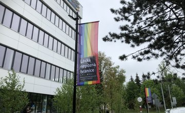 FOTO: Reinoo v Žiline vyvesila na budovy Banky Žilina a Poštová 1 dúhové vlajky