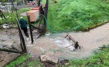FOTO: Následky daždivého počasia odstraňovali hasiči aj v obci Ochodnica