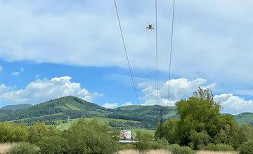 FOTO: Montáž odkloňovačov letu vtákov na elektrické vedenia pri obci Strečno