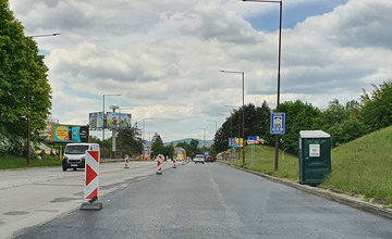 FOTO: Pravý jazdný pruh Nemocničnej ulice v smere na Rondel bol opravený, začala sa rekonštrukcia ľavého