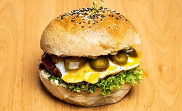 FOTO: Nová donášková služba PureBeef v Žiline pripravuje chutné hamburgery v domácej žemli