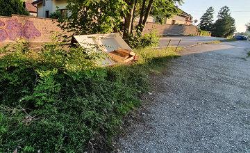 FOTO: Poškodený múr, zarastený chodník a nábytok: Vstup do Parku Ľudovíta Štúra je zanedbaný