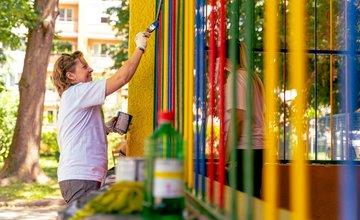 FOTO: Dobrovoľníci skrášlili záhradu deťom v MS na Puškinovej ulici
