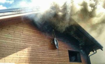 FOTO: Na Liptove horel drevodom, s hasením pomáhali aj členovia dobrovoľných hasičských zborov