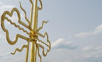 FOTO: Na veže Sirotára v Žiline osadili zreštaurované a pozlátené kríže a makovice