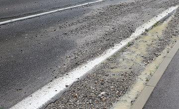 FOTO: Dážď vyplavil na cestu medzi sídliskami Vlčince a Solinky množstvo štrku
