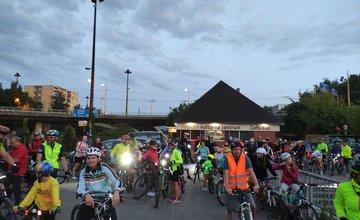 FOTO: V Žiline sa na nočnej cyklojazde stretli cyklisti, vytvorili svetelnú reťaz