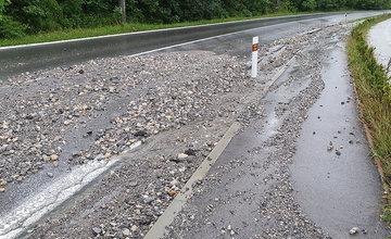 FOTO: Cesta medzi Vlčincami a Solinkami je opäť ťažko prejazdná, motoristi musia zvýšiť opatrnosť