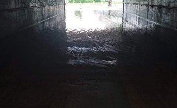 FOTO: Počas hustých dažďov vytápa aj podchod v Budatíne, obyvatelia musia prechádzať kalužou