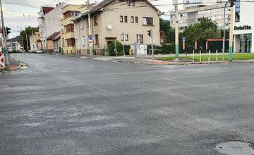 FOTO: Ďalší úsek poškodenej cesty na ulici Komenského je zrekonštruovaný, práce skončili v predstihu