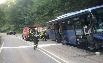 FOTO: Zrážka autobusu s tromi osobnými autami pod Strečnom