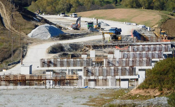 FOTO: Na dostavbe diaľnice D1 sa intenzívne pracuje, za obcou Višňové vyrastajú nové piliere