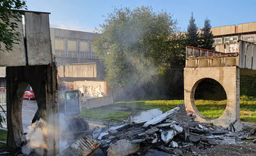 FOTO: Betónová lávka na sídlisku Vlčince bola dnes ráno zbúraná