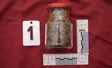 22 ročný mladík z Bytče predával drogy, polícia ho zadržala a obvinila