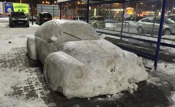 Auto zo snehu pri OC Dubeň