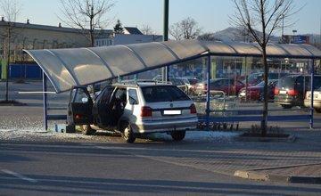 Dopravná nehoda na Vlčincoch pri obchodnom centre Dubeň