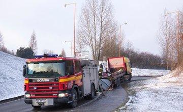 Kamión, ktorý sa nezmestil pod most