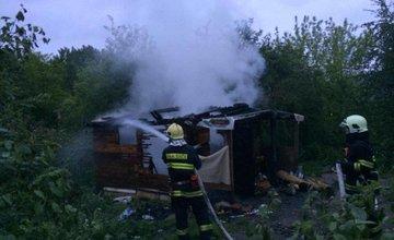 Mužovi bez domova niekto podpálil jeho skromný príbytok