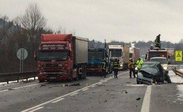 Nehoda dvoch kamiónov a osobného auta pri Čadci