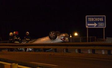 Nehoda na Štedrý deň pri ktorej skončilo auto na streche