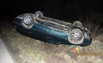 Nehoda v obci Belá, auto skončilo na streche