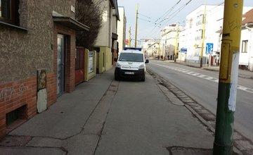 Nesprávne parkovanie - mestská polícia na chodníku v zákaze