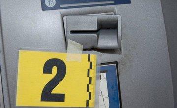 Podozrivú manipuláciu pri bankomate si všimli okoloidúci občania